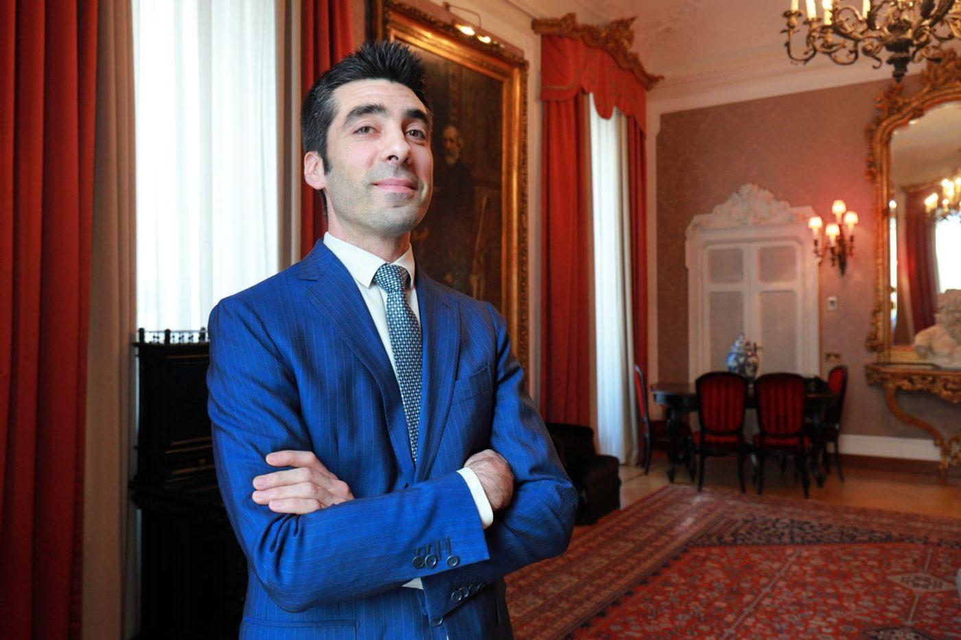 Fabio Lamarca nella zona soggiorno del Grand Hotel ed de Milan
