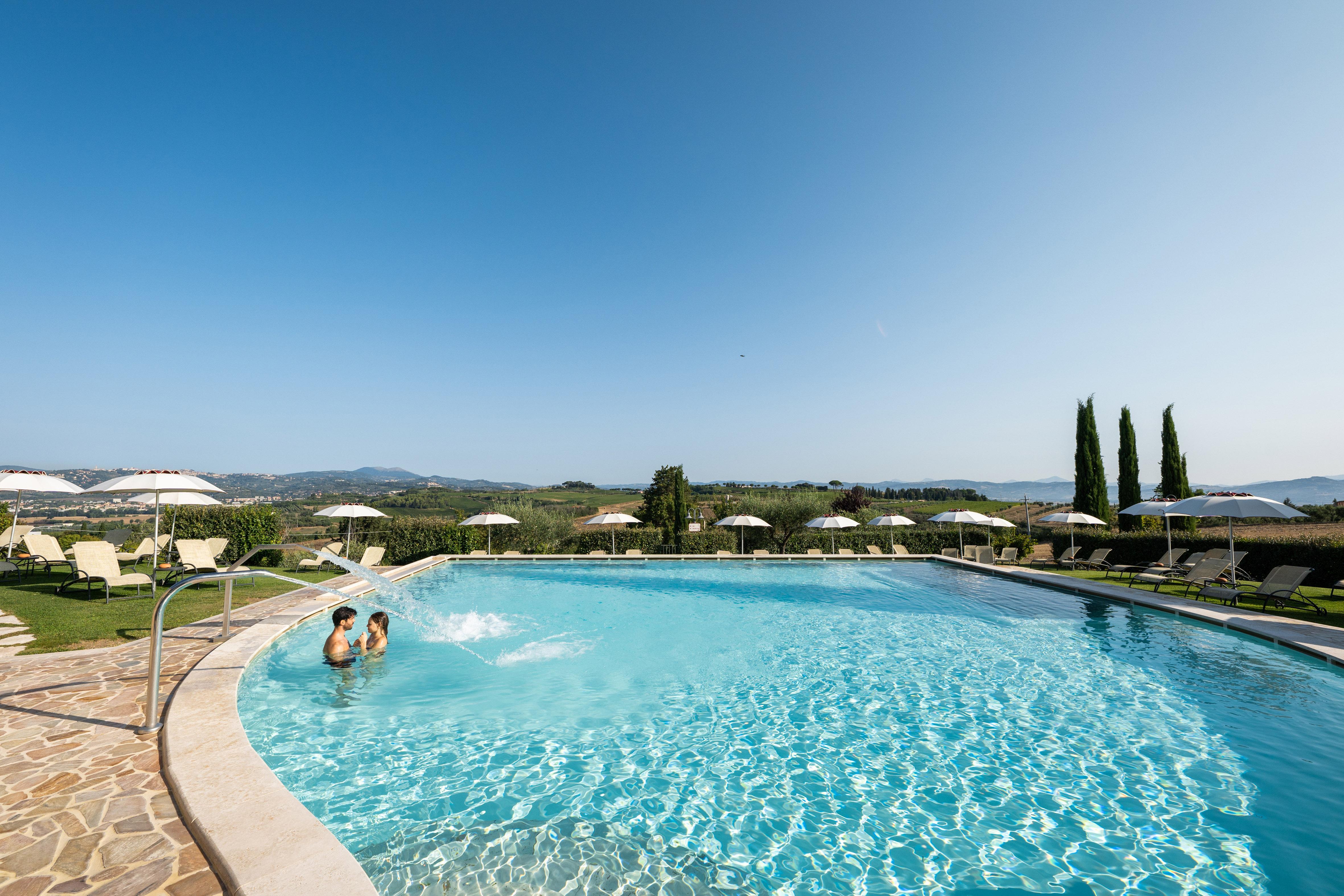 La piscina esterna di Borgo Brufa
