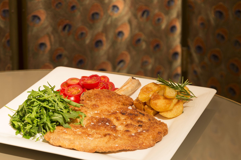 Un piatto di cotoletta alla milanese servito al Grand Hotel et de Milan