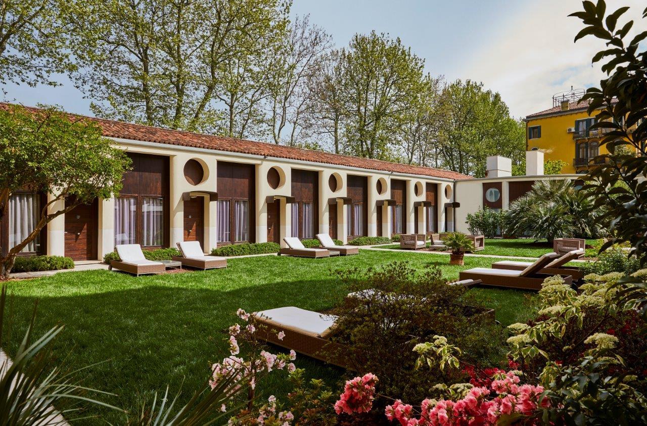 Uno scorcio del giardino con i lettini dell'Indigo Venice Sant'Elena