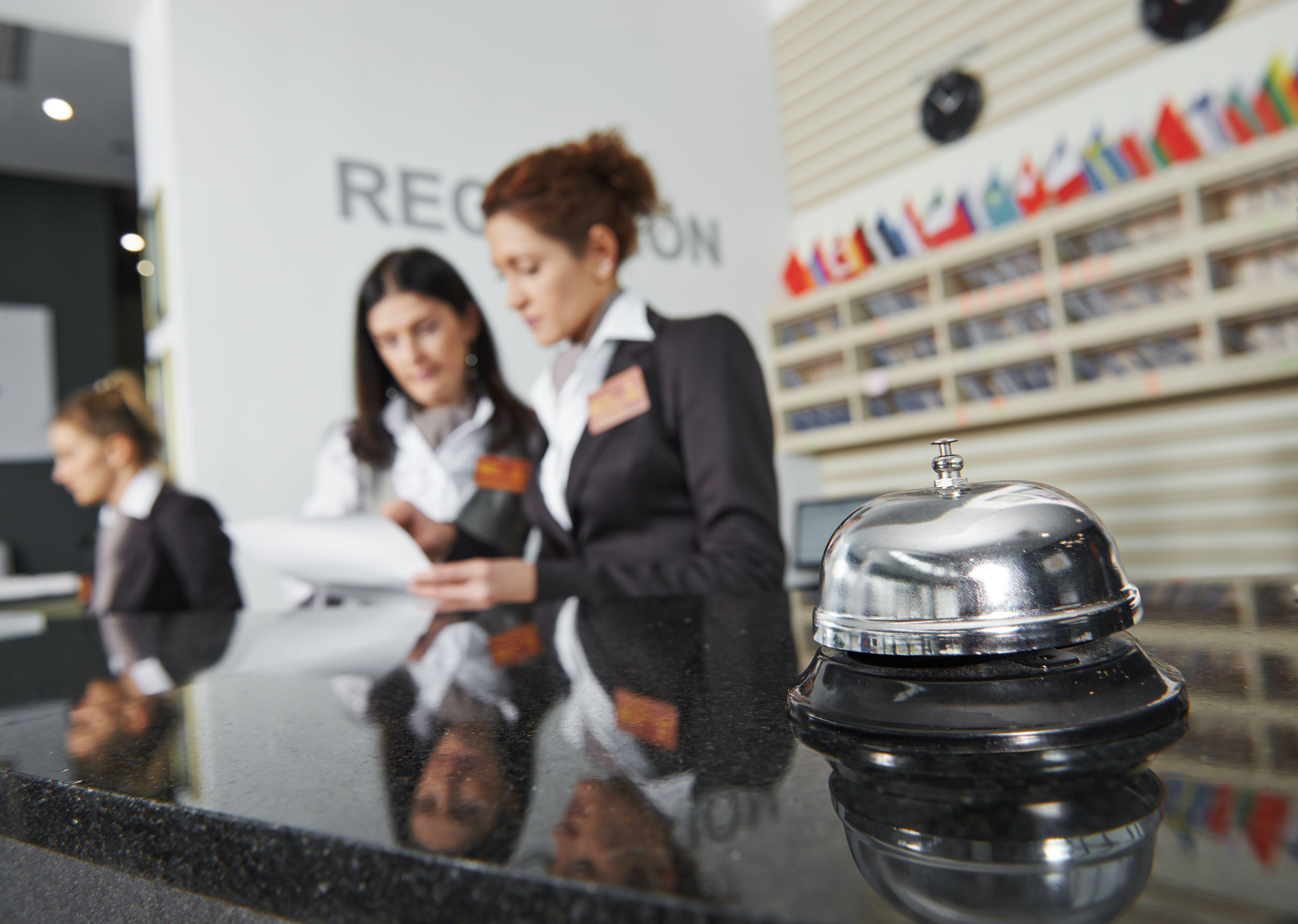 Due receptionist al ricevimento di un hotel. Dal primo luglio entrano in vigore i corrispettivi telematici