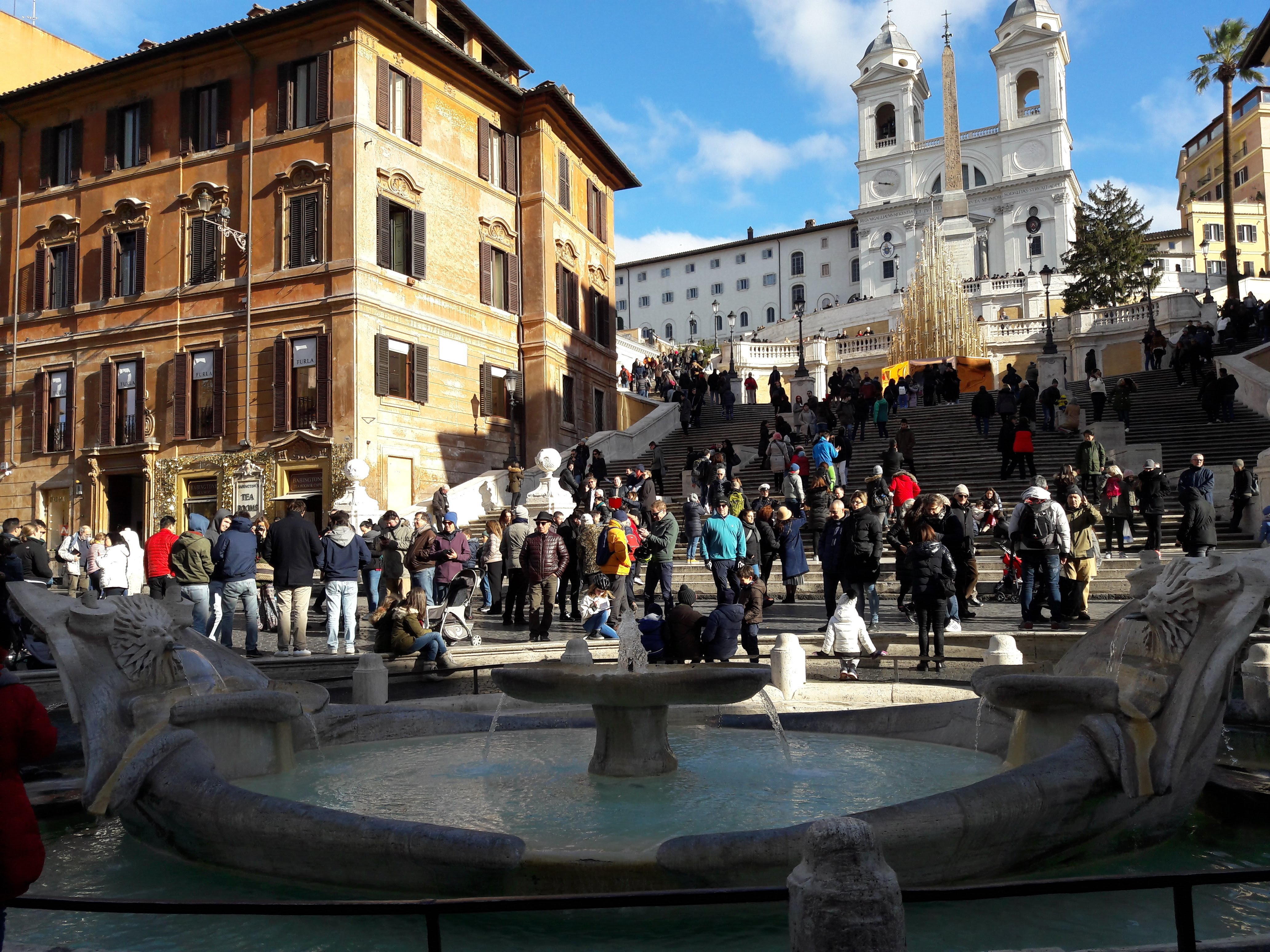 Incoming: folla di turisti a Roma in piazza di Spagna