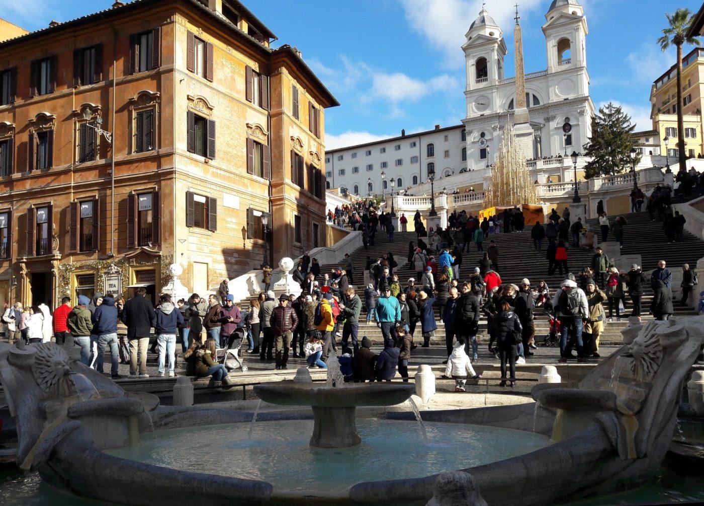 Turismo: folla di turisti a piazza di Spagna a Roma