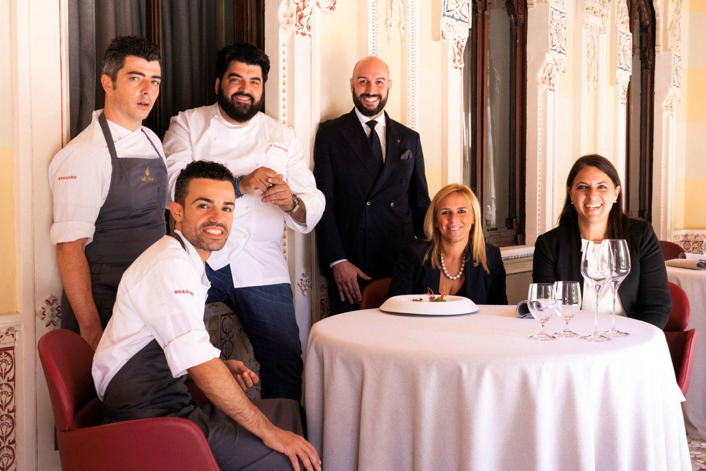 Antonino Cannavacciuolo con la moglie Cinzia e il suo staff