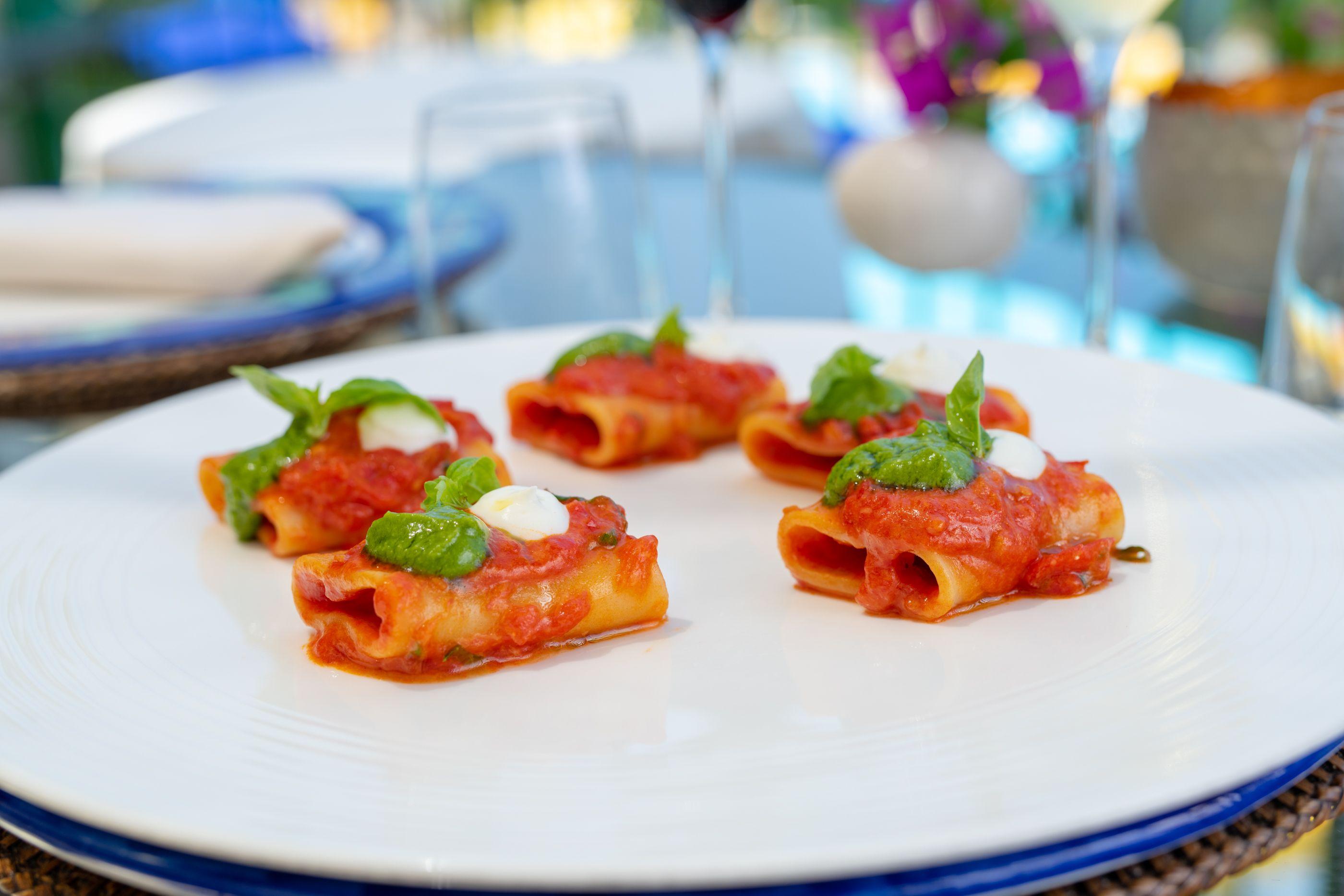 Il piatto più venduto nell'albergo di lusso a Capri: Paccheri di Gragnano con pomodoro di terra arida, pesto di basilico dall'orto e stracciatella di bufala