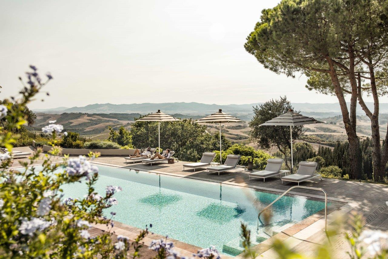 Toscana Resort Castelfalfi, la piscina esterna accanto alla Spa