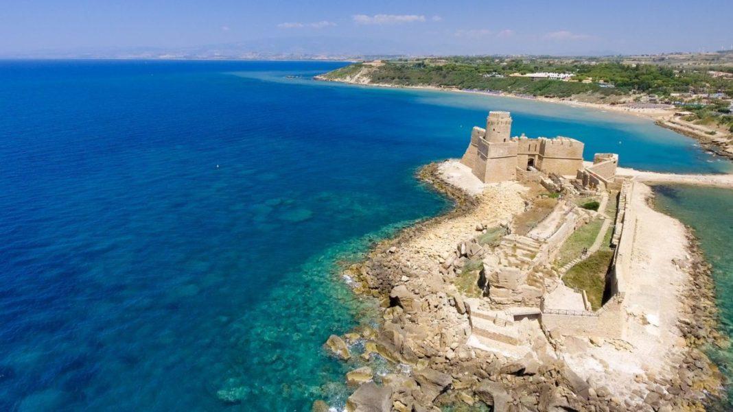Vista dall'alto della Fortezza Aragonese, che affaccia sul mare turchese della Calabria ionica