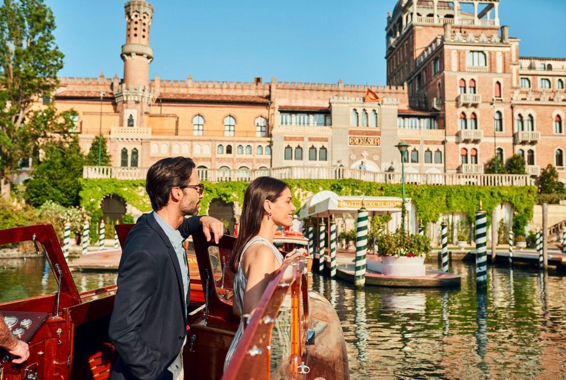 Una coppia sul motoscafo dell'Excelsior di Venezia in prossimità dell'hotel