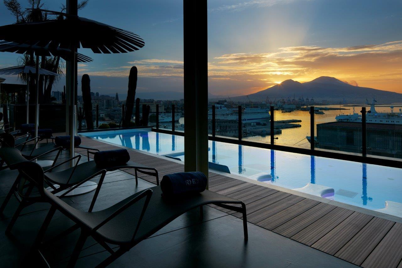 La piscina del Romeo Hotel di Napoli con il Vesuvio sullo sfondo