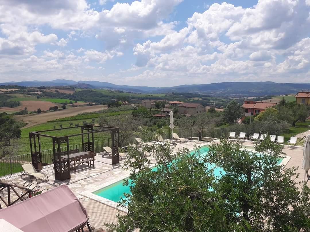 Una foto panoramica della piscina di un hotel in Umbria