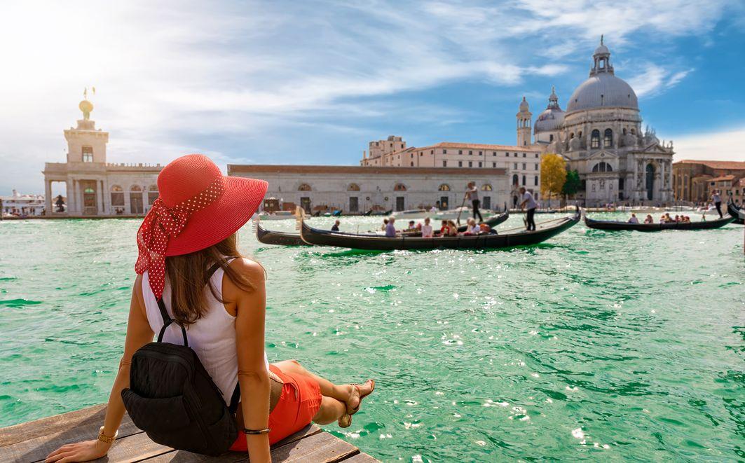 Una turista guarda una gondola