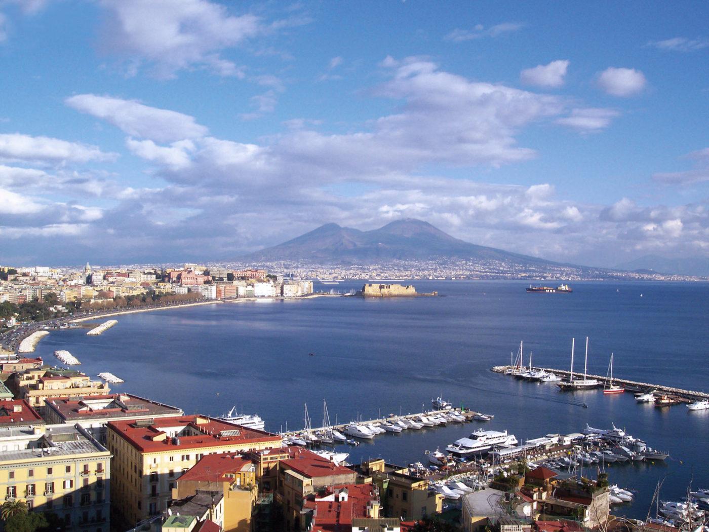 Una foto panoramica di Napoli con il Vesuvio sullo sfondo